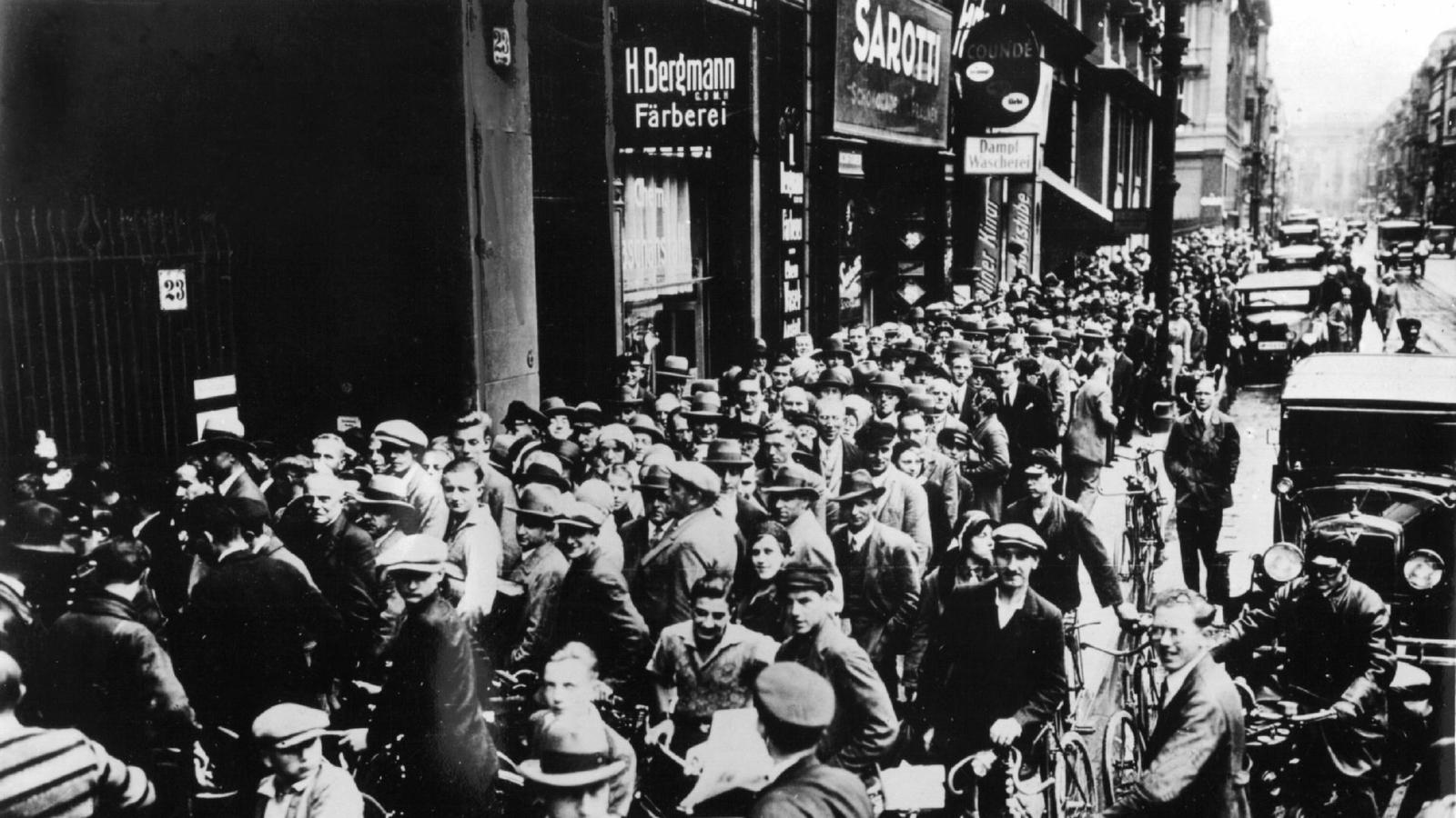 Menschenschlange vor einer bank waehrend der bankenkrise 100 1920x1080